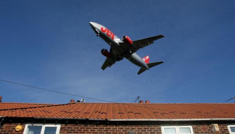 Самолет Jet2 совершил экстренную посадку на высокой скорости в Манчестере