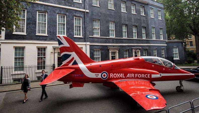 Пилотажный самолет Red Arrows установлен напротив резиденции Терезы Мэй