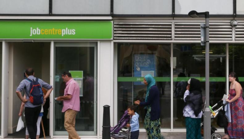 Рост реальных зарплат в Великобритании опасно отстает от инфляции