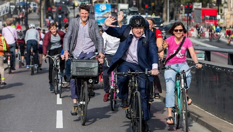 Борису Джонсону запретили ездить по Лондону на велосипеде фото:dailymail.co.uk