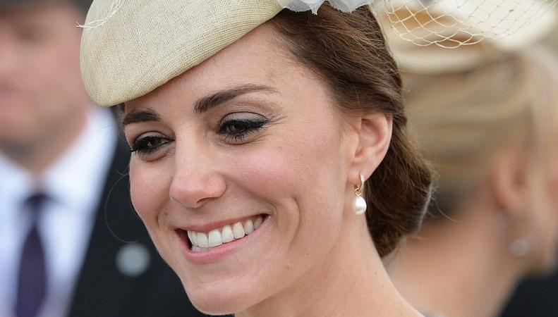 Герцогиня Кейт посетила светский прием в парке Букингемского дворца фото:dailymail.co.uk