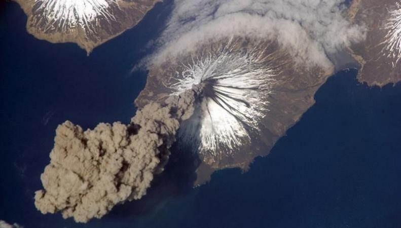 Просыпающийся вулкан в Исландии может нанести урон экономике Великобритании фото:dailymail.co.uk