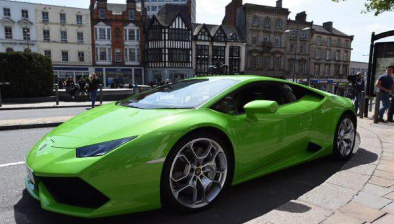 В Великобритании появилось такси марки Lamborghini