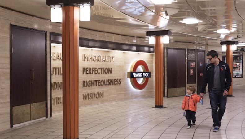 На станции Piccadilly Circus открыт памятник человеку, создавшему стиль лондонского метро фото:londonist.co.uk