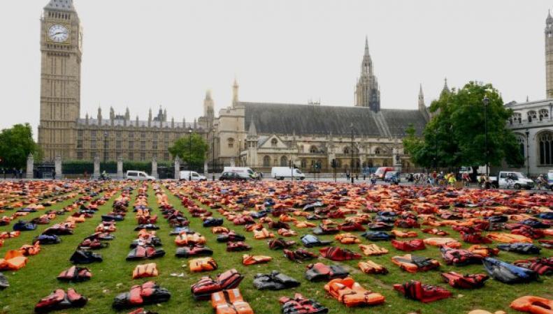 Социальная акция со спасательными жилетами прошла на Парламент-сквер фото: metro.co.uk