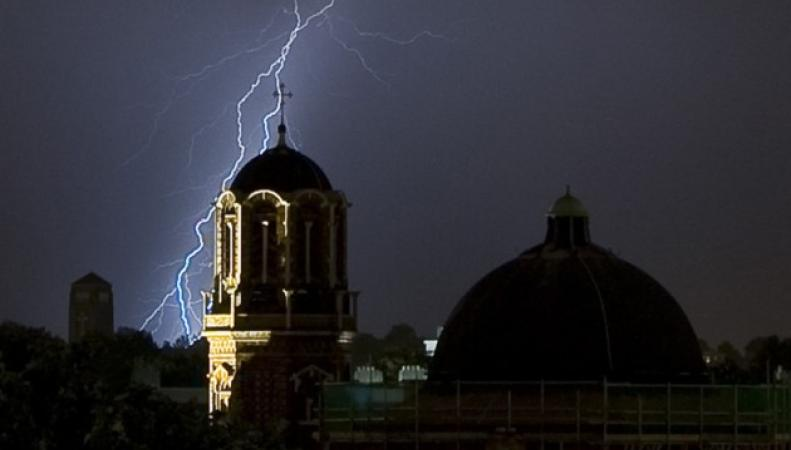 Молния поразила сразу три самолета в небе над Лондоном фото:london24
