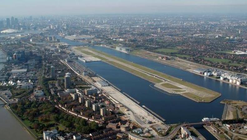 Аэропорт Лондон-Сити возобновил работу: бомба вывезена в море