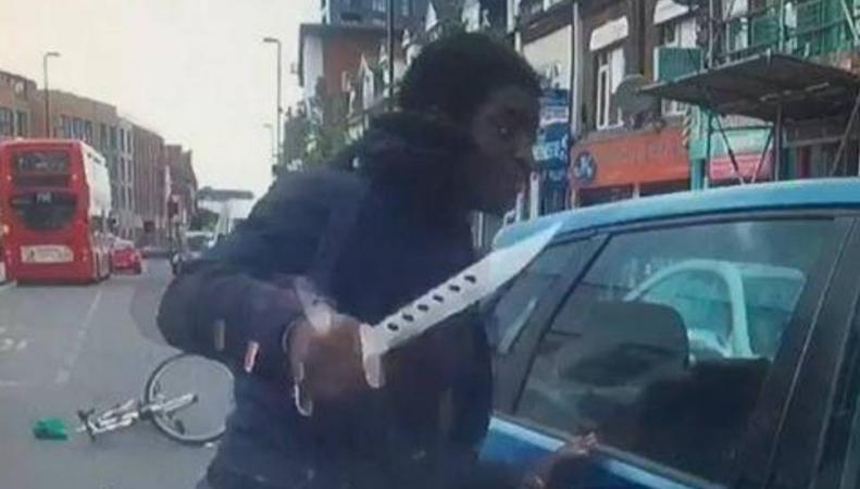 В Кройдоне велосипедист набросился с ножом на подрезавший его автомобиль