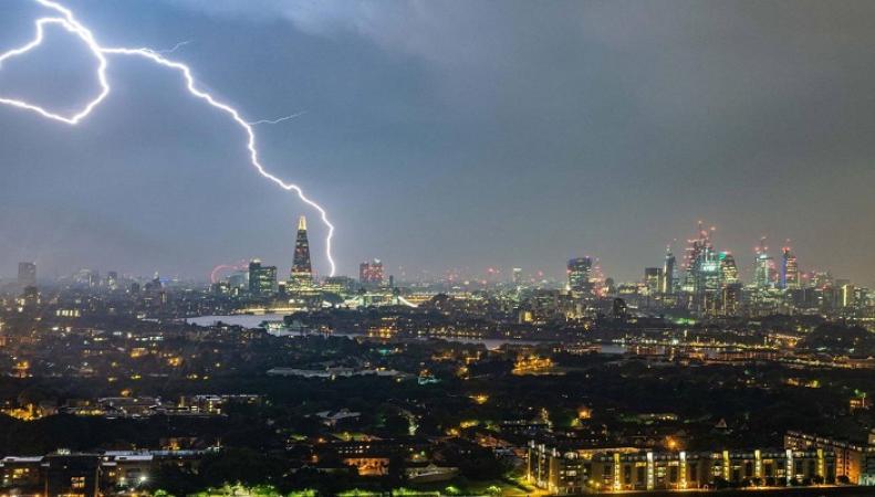 Лондонский аэропорт Станстед задержал десятки рейсов из-за удара молнии