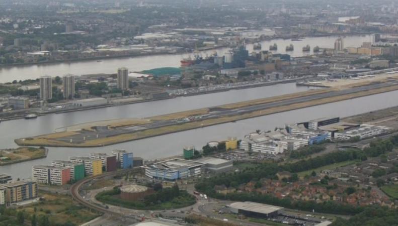 London City Airport сообщил о возобновлении полетов после захвата взлетной полосы фото:itv.com
