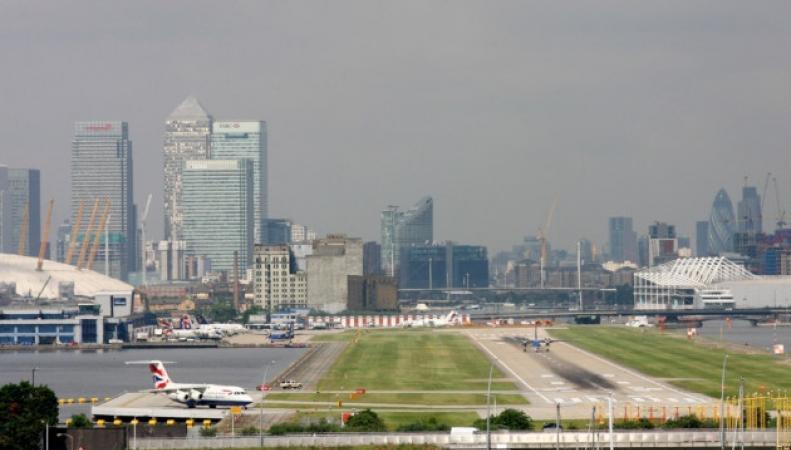 Работа аэропорта London City будет частично сорвана забастовкой бортпроводников фото:independent.co.uk