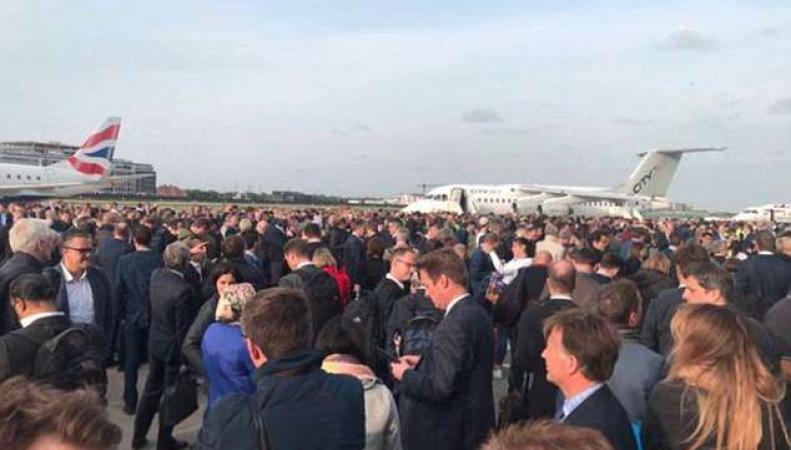 Пожарные эвакуировали людей на летное поле из аэропорта London City Airport