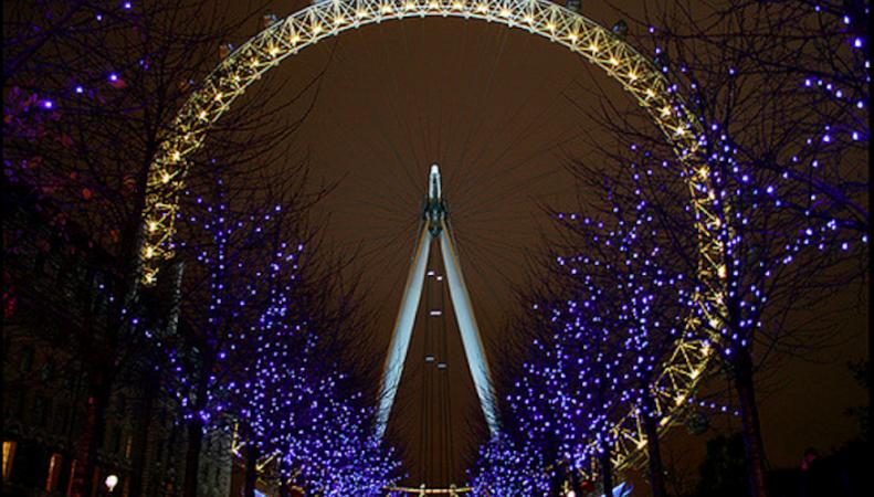 Колесо обозрения London Eye окрасилось в золото в субботу вечером фото:londonist.com
