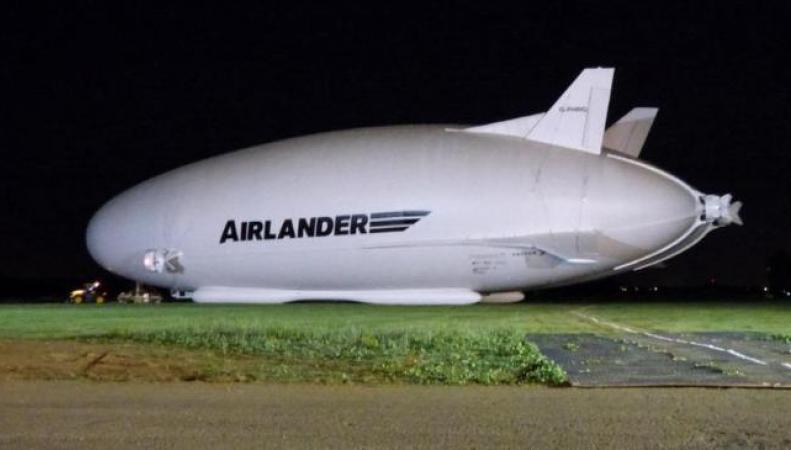 Самый большой летательный аппарат в мире впервые выведен из ангара в Бедфордшире фото:bt.com