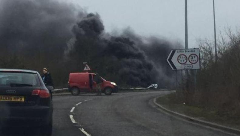 Фура рухнула с моста на оживленное шоссе в Эссексе фото:standard.co.uk