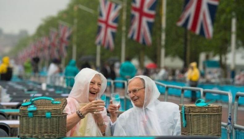 Королевский пикник на Мэлл начался под проливным дождем фото:bbc.com