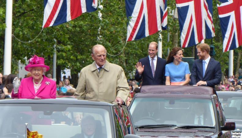 Принц Уильям, Кейт и принц Гарри  приветствовали  участников королевского пикника фото:telegraph.co.uk