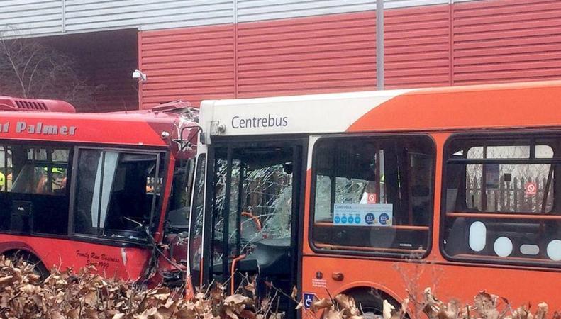 В Лондоне в лобовом столкновении сошлись два автобуса