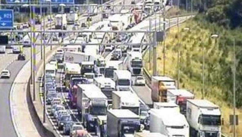Крупное ДТП заблокировало загруженное шоссе М25