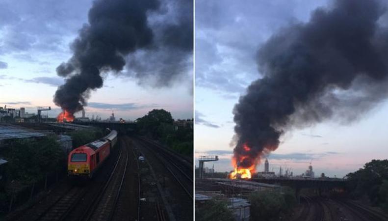 Крупный пожар в промзоне Баттерси нарушил график движения поездов  фото:newsoneplace