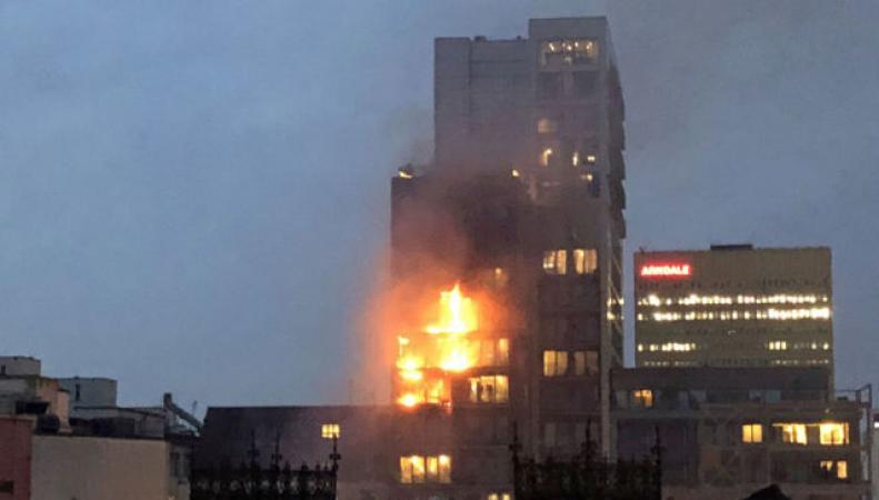 Сильный пожар в высотном доме в Манчестере «взят под контроль»