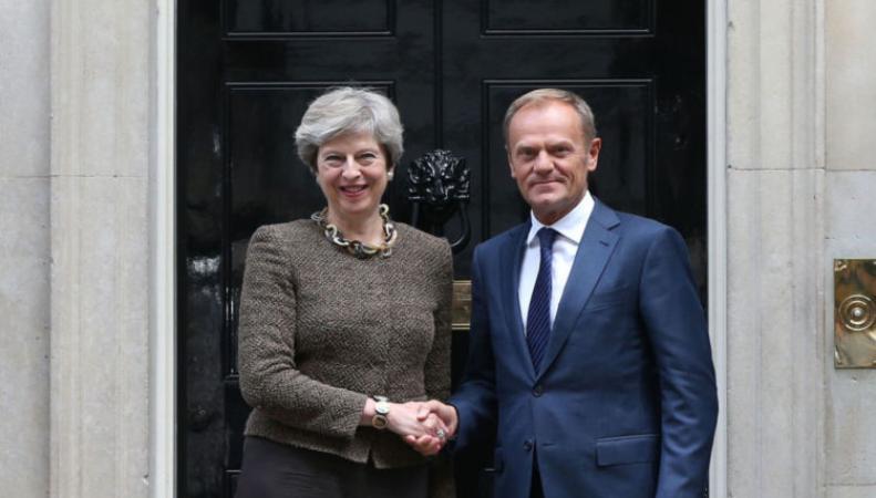 Своя игра на поле Брекзита: Мэй провела переговоры с Туском фото:skynews