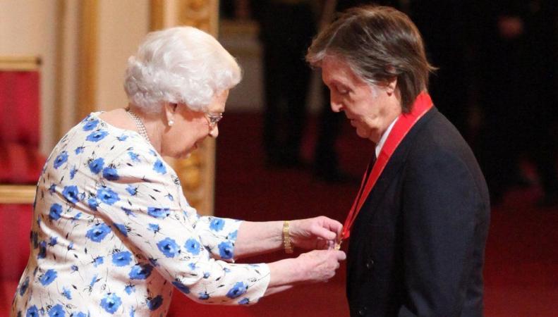 Пол Маккартни получил награду из рук Ее Величества