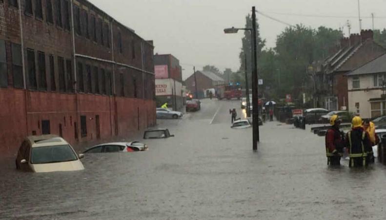 В Вест-Мидлендсе сложилась чрезвычайная ситуация из-за наводнения фото:expressandstar.co.uk