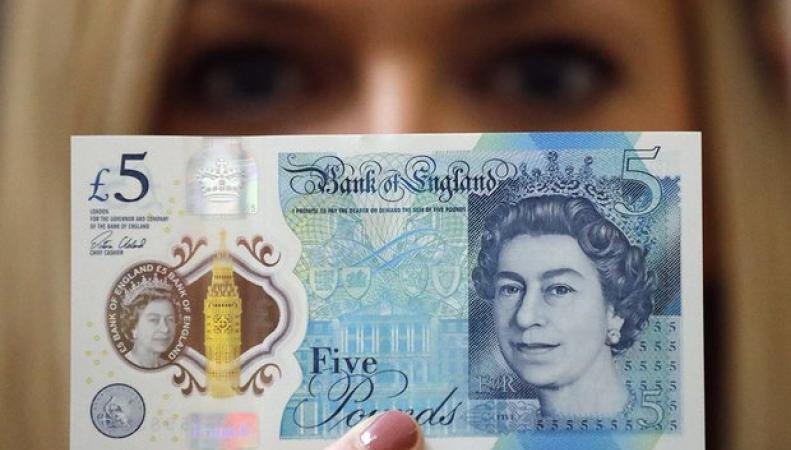Новые деньги появятся в кошельках британцев в середине сентября фото:theguardian.com