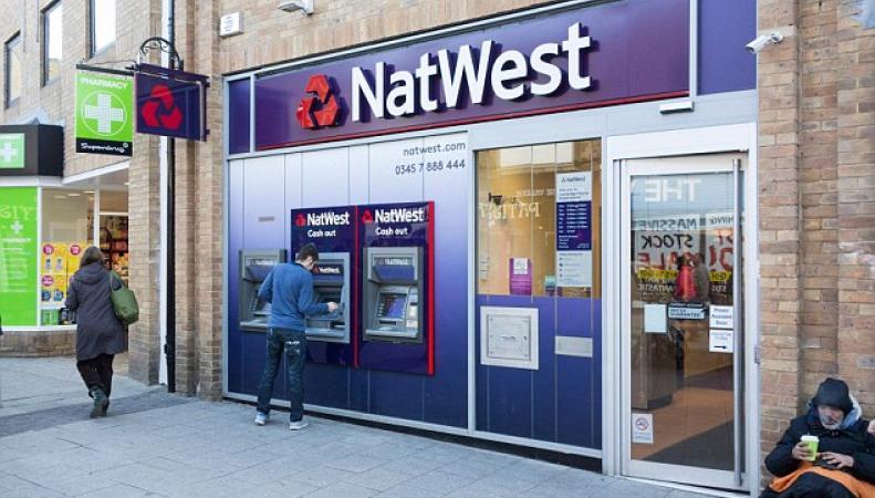 Британские банки заставят клиентов платить за пользование их же деньгами фото:dailymail.co.uk