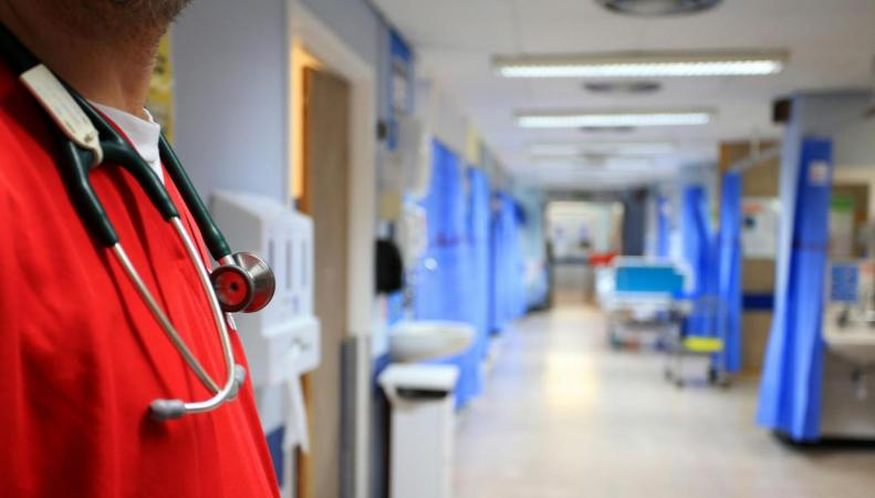Дефицит персонала в NHS оценивается в сто тысяч человек