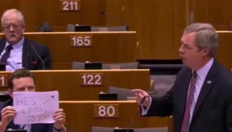 «Он вам врет»: Депутат-лейборист устроил демарш против Фаража в Европарламенте фото: standard.co.uk