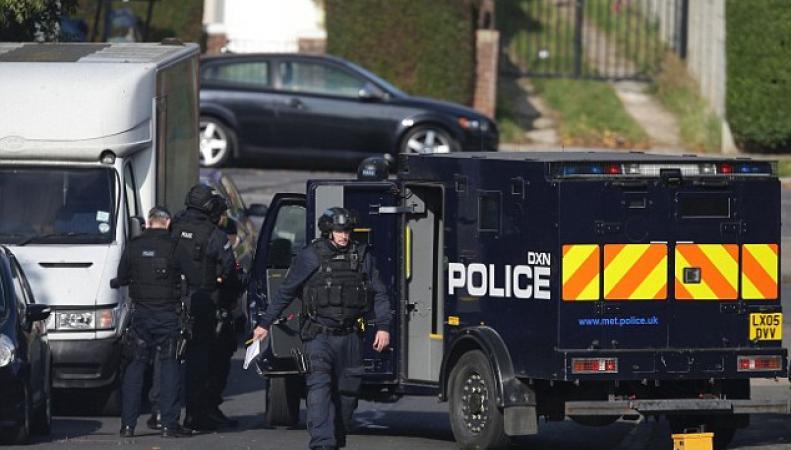 На западе Лондона мужчина третий день держит оборону в своем доме с самодельными гранатами фото:dailymail.co.uk