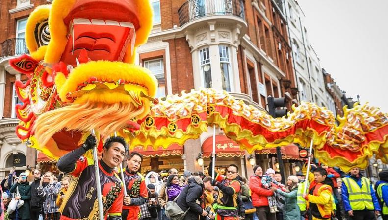 Центр Лондона наводнили китайские драконы и тигры