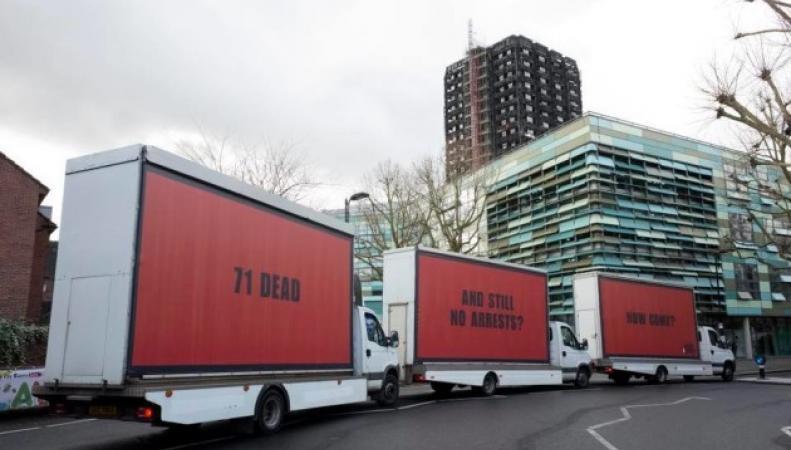 Три билборда на границе Кенсингтона, Лондон: горожане требуют ответа