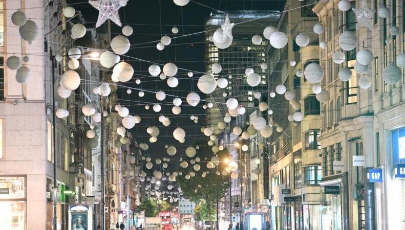 На Оксфорд-стрит развесили рождественские украшения фото:standard.co.uk