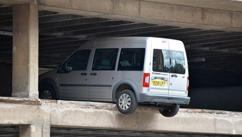 В Ноттингеме машины повисли в воздухе после обрушения парковки фото:dailymail