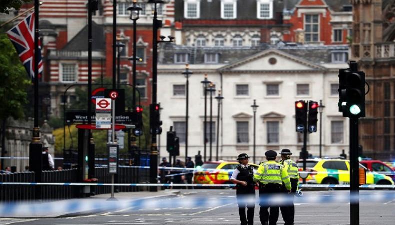 В Лондоне автомобиль врезался в заграждение у здания парламента