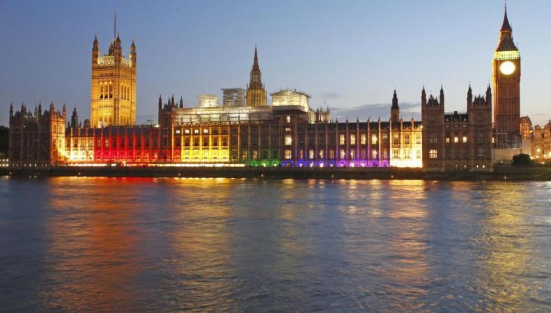 Парламентский дворец подсвечен радужной иллюминацией по случаю Pride Parade фото:standard
