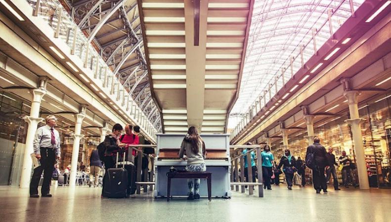 На вокзале St Pancras проведут бесплатные уроки музыки на пианино Элтона Джона фото:londonist.com