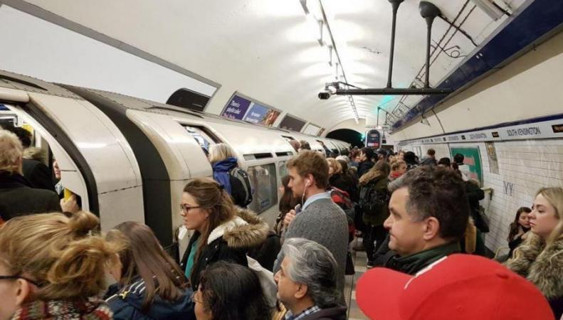 Масштабный сбой в работе линии Piccadilly: тысячи пассажиров метро опоздали на работу фото:standard.co.uk