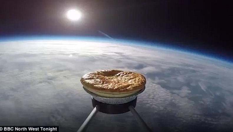 Британские энтузиасты забросили пирог в стратосферу фото:dailymail.co.uk