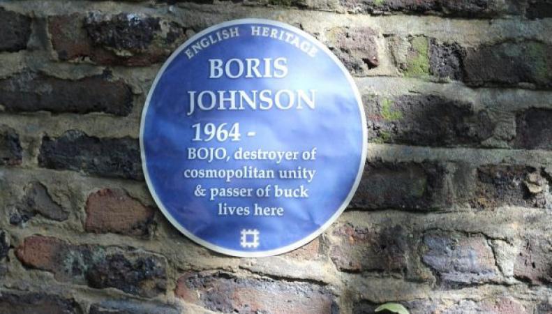 На доме Бориса Джонсона появились памятные таблички с ругательством фото:metro.co.uk