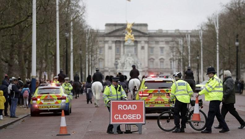 Полиция Лондона временно закрывает для транспорта улицы в районе Букингемского дворца фото:dailymail.co.uk