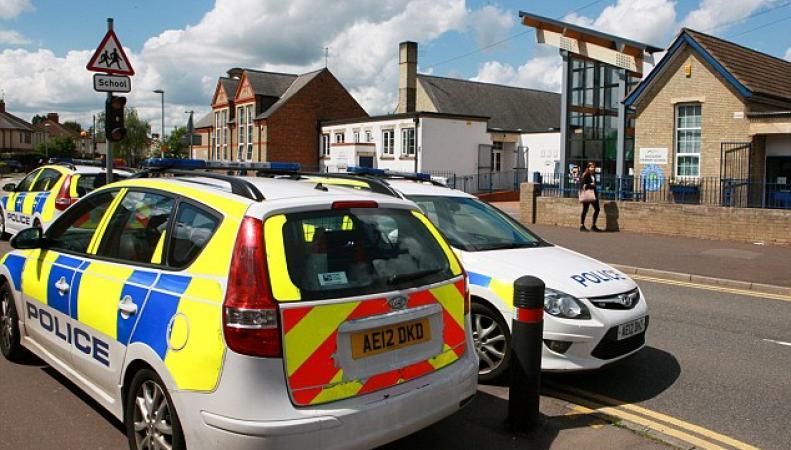 В день государственного экзамена в Англии пришлось эвакуировать два десятка школ фото:dailymail.co.uk