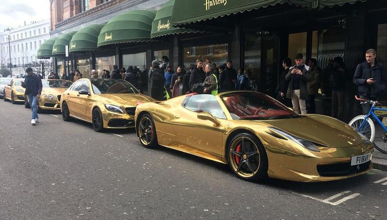 Золотой кортеж замечен у универмага Harrods в Лондоне