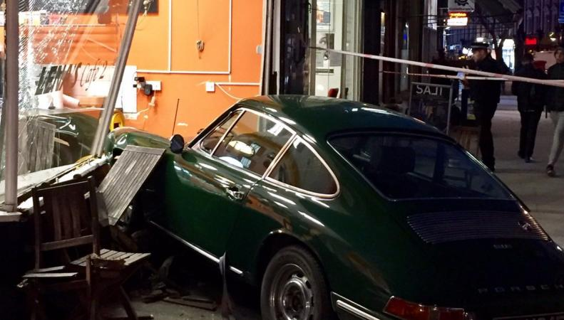 Автомобиль Porsche влетел в витрину кафе на северо-западе Лондона фото:twitter