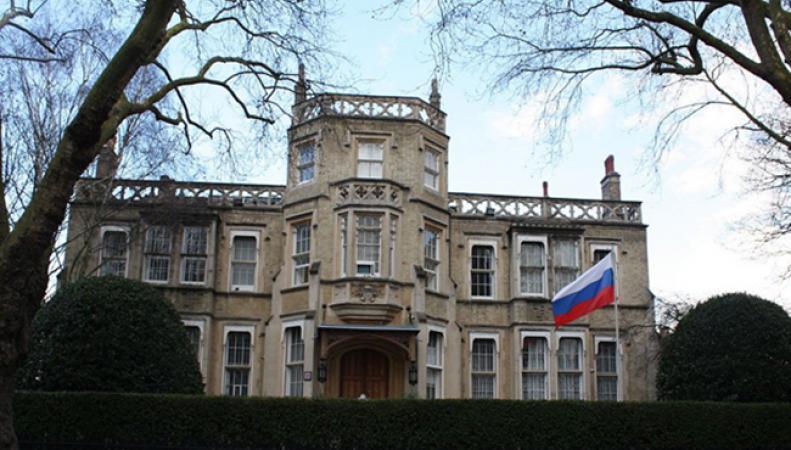 Британец подарил семейную реликвию российскому посольству