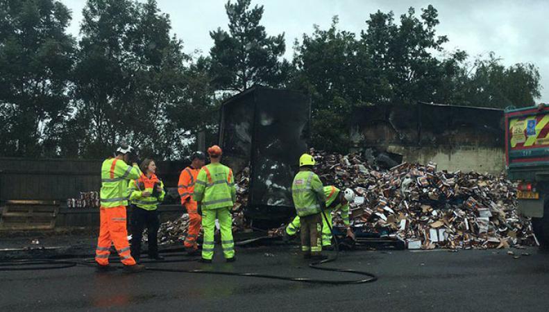 В Великобритании сгорел грузовик с шоколадом