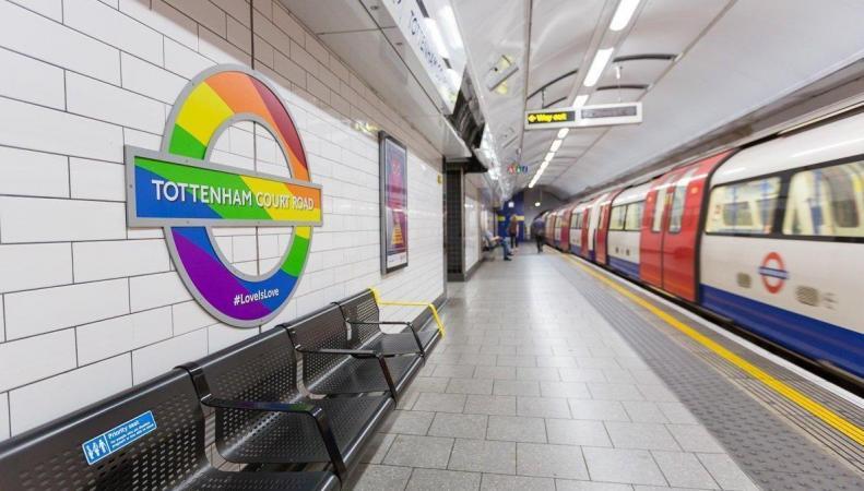 Эмблемы лондонского метро окрасились в радужные цвета